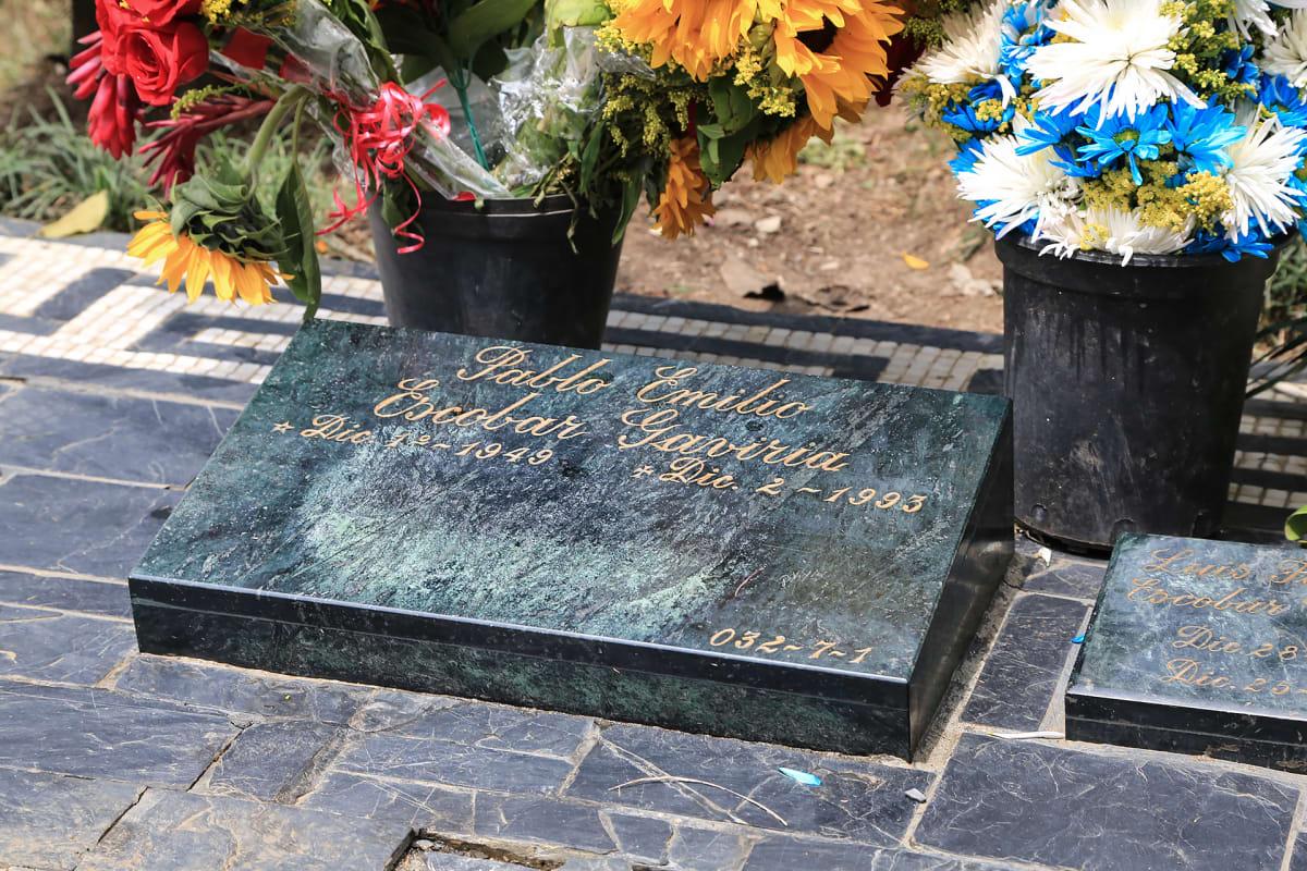 Pablo Escobarin hauta Jardines Montesacron hautausmaalla on jatkuvasti kukilla koristeltu.