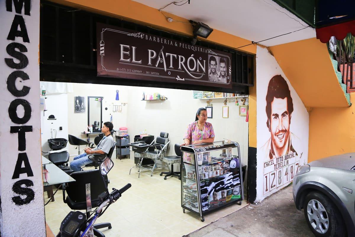 """Parturi-kampaaja Yamile Zapata nimesi putiikkinsa Pablo Escobarin muistoa kunniottaen """"El Patróniksi""""."""
