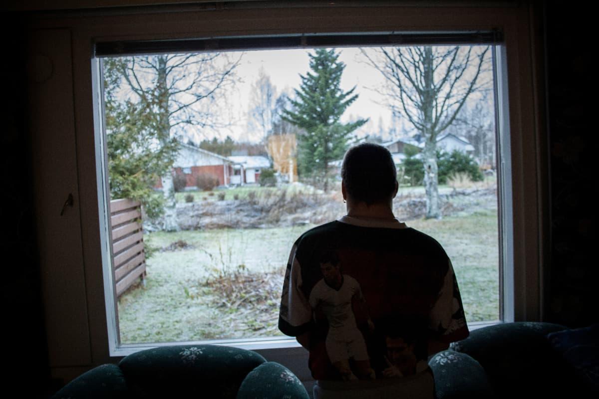 Kari-Matti Viitala katselee ikkunasta ulos.