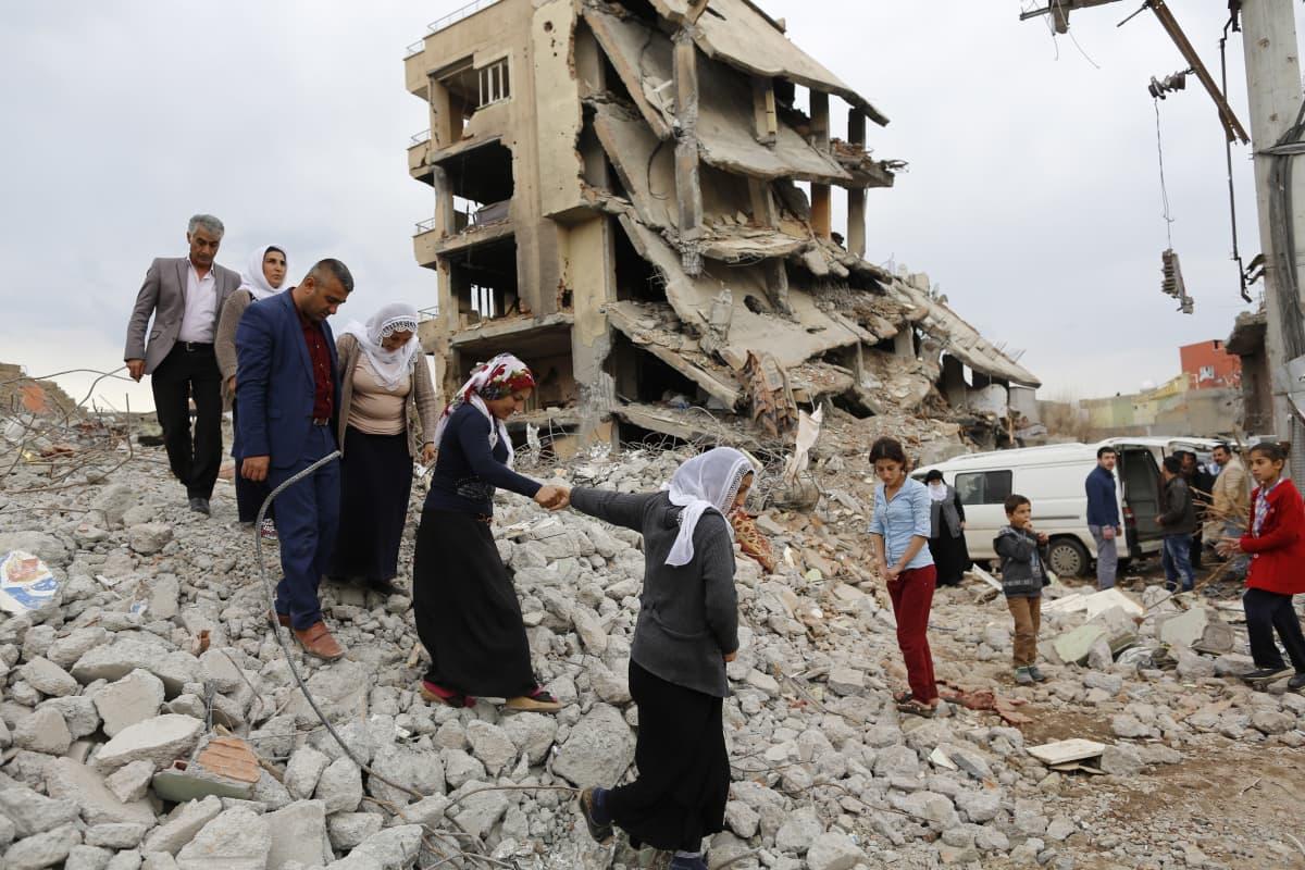 Sortunut kerrostalo Cizren kaupungissa Kaakkois-Turkissa
