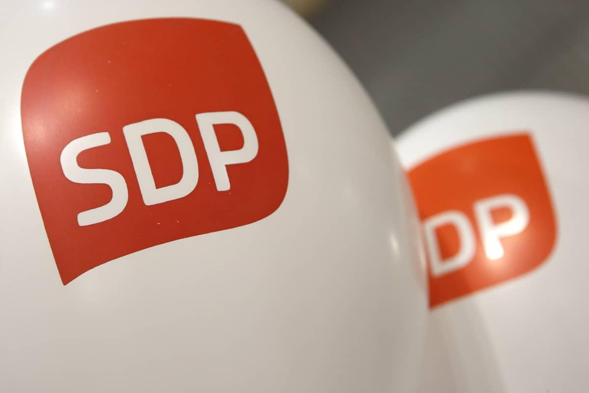 Ilmapalloja SDP:n logolla