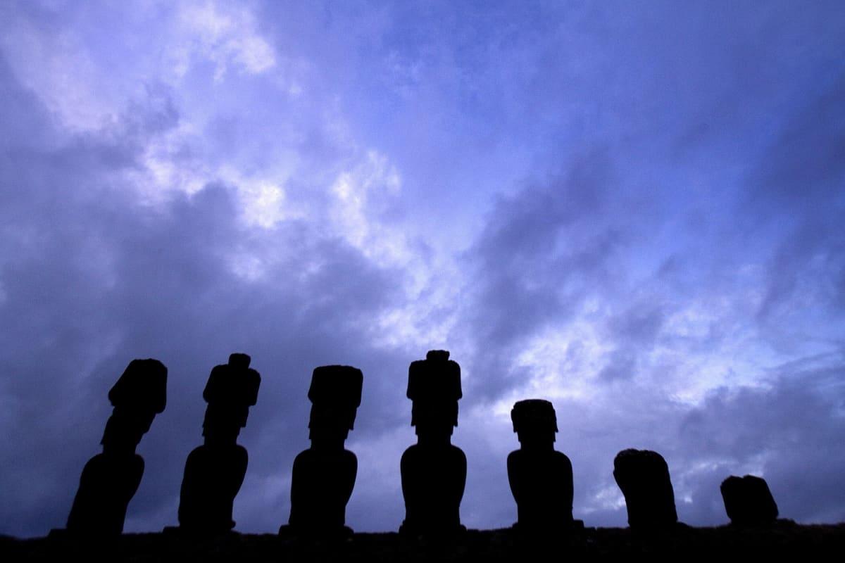 Stenstatyer (moai) på Påskön i södra Stilla havet.