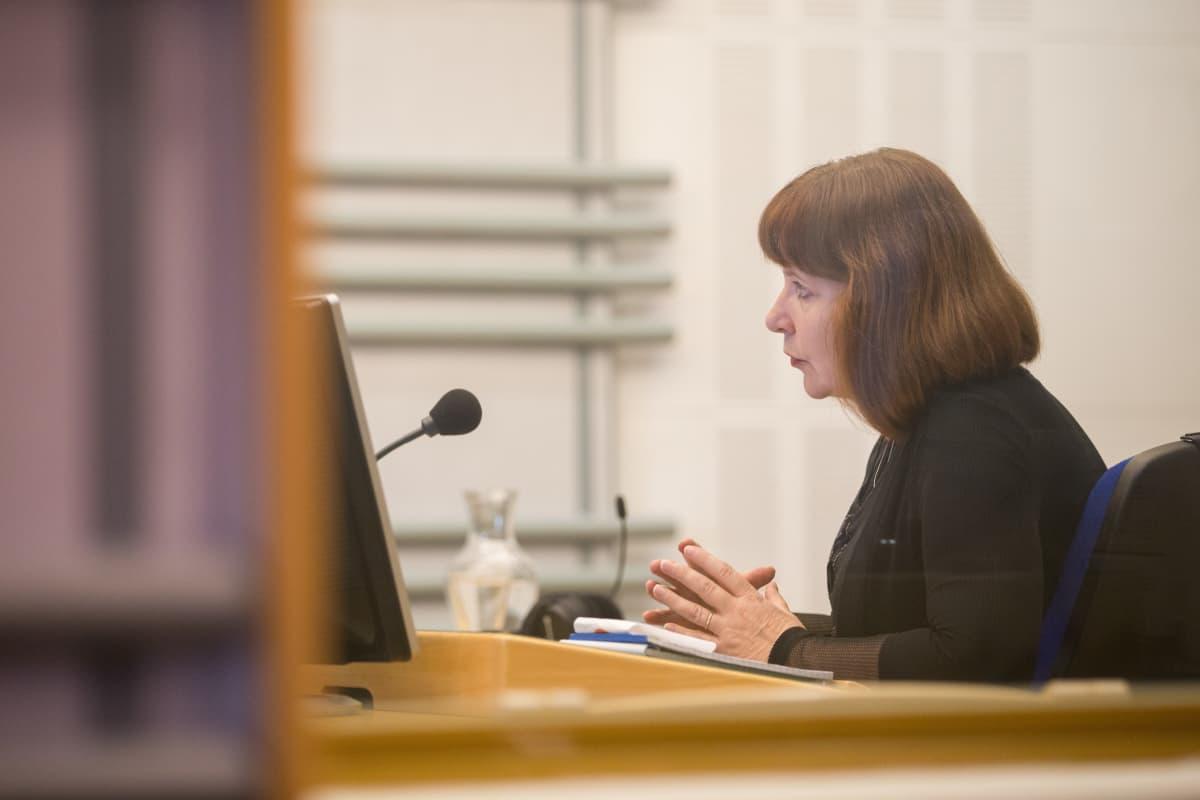 Eläkkeelle jäävä toimittaja Marja Manninen haastateltavana Radio Suomen ajantasa-ohjelmassa.
