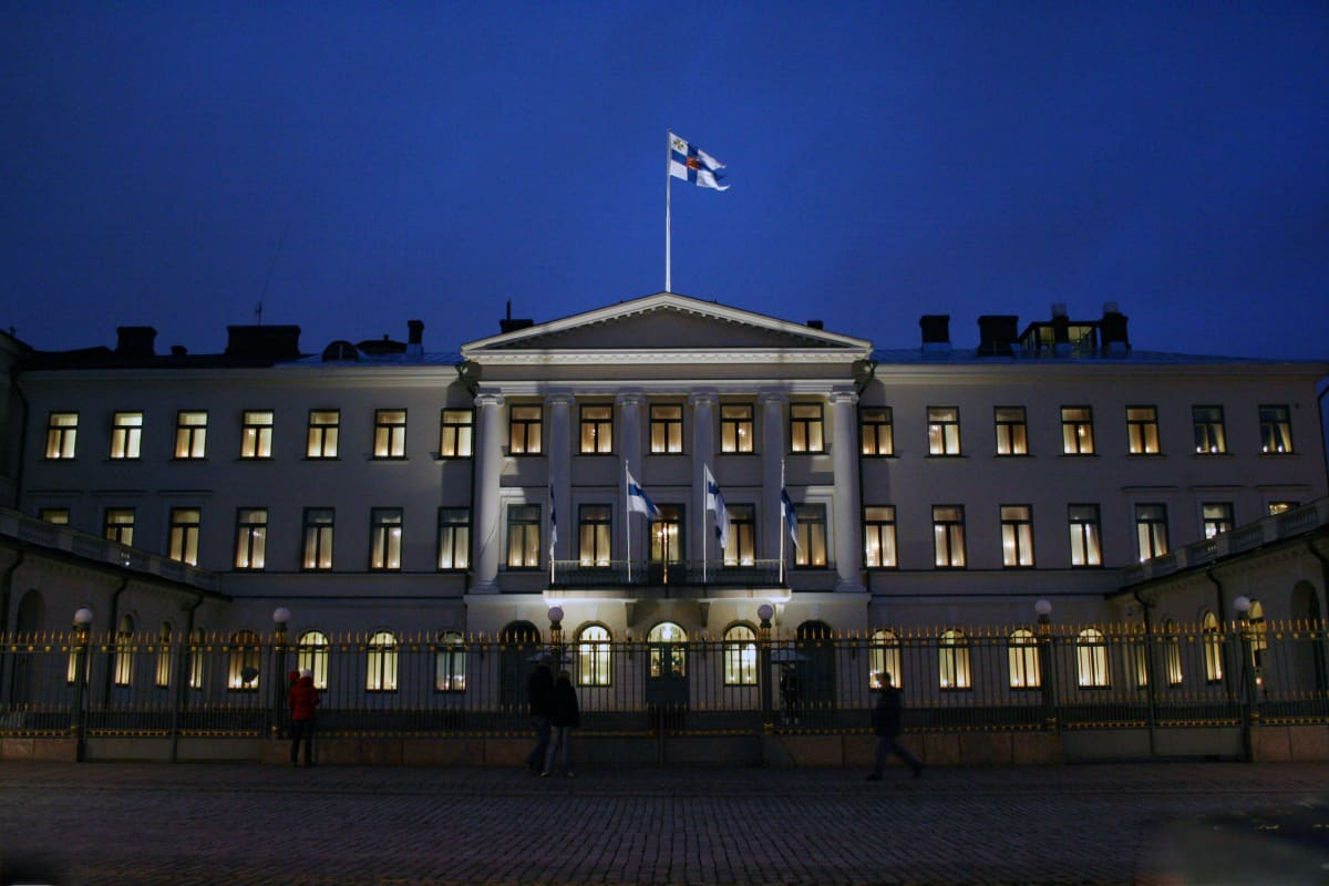 Presidentin linna iltavalaistuksessa, Suomen lippu katolla.