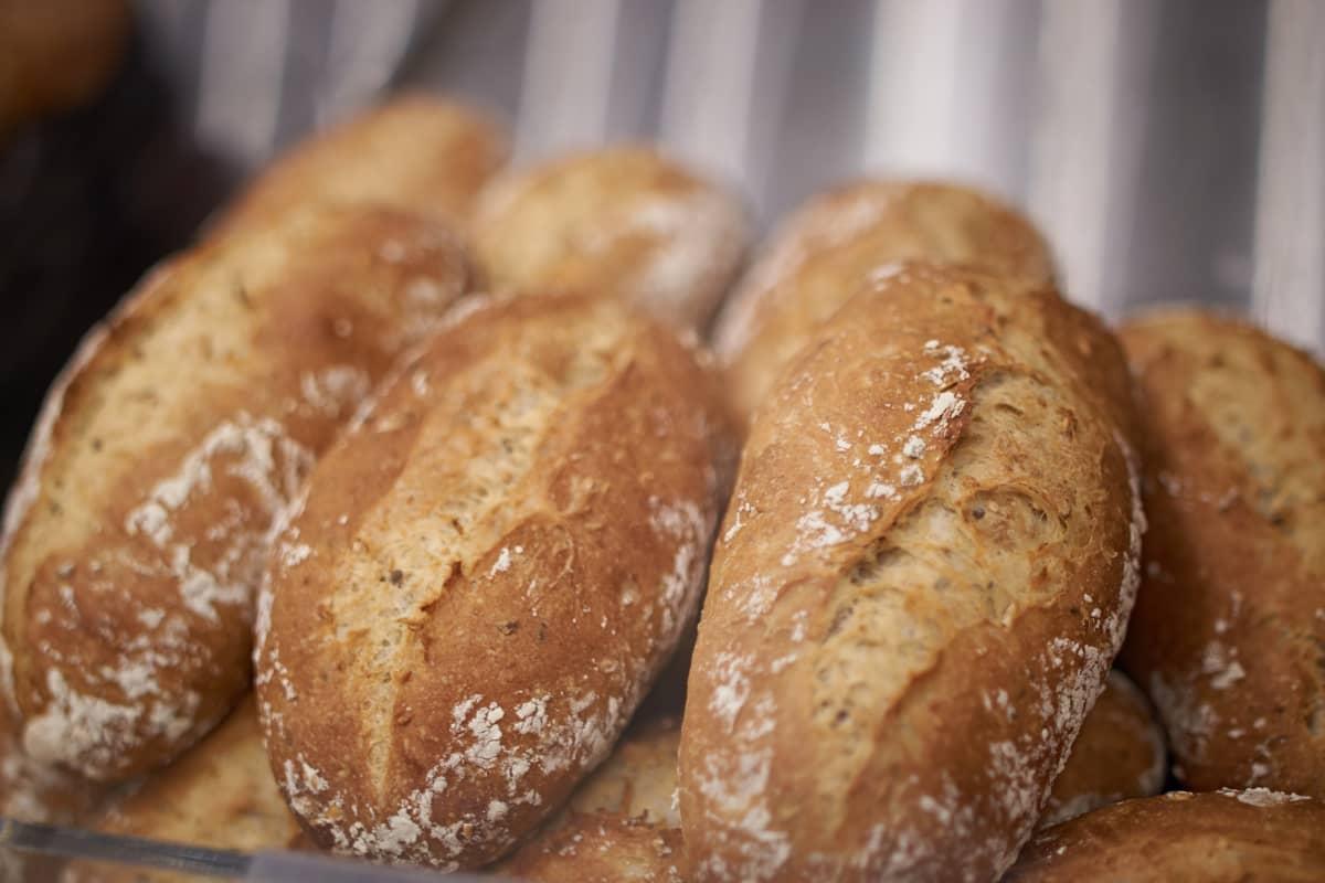 Några nybakade semlor av ljust bröd