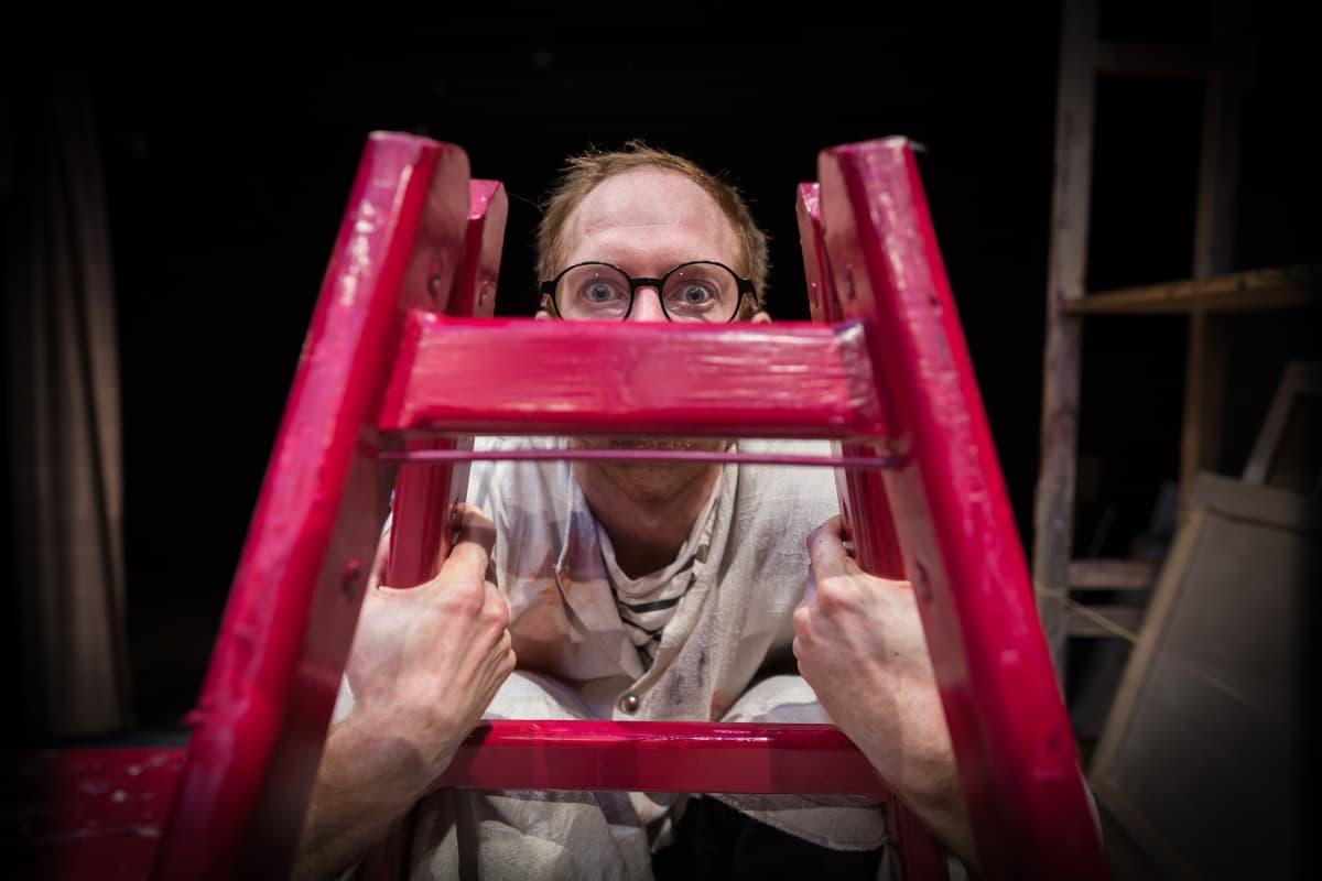 Sirkustaiteilija ja näyttelijä Thom Monckton (roolissaan esityksessä The Artist), Ateneumin taidemuseon sali, 21.08.2017.