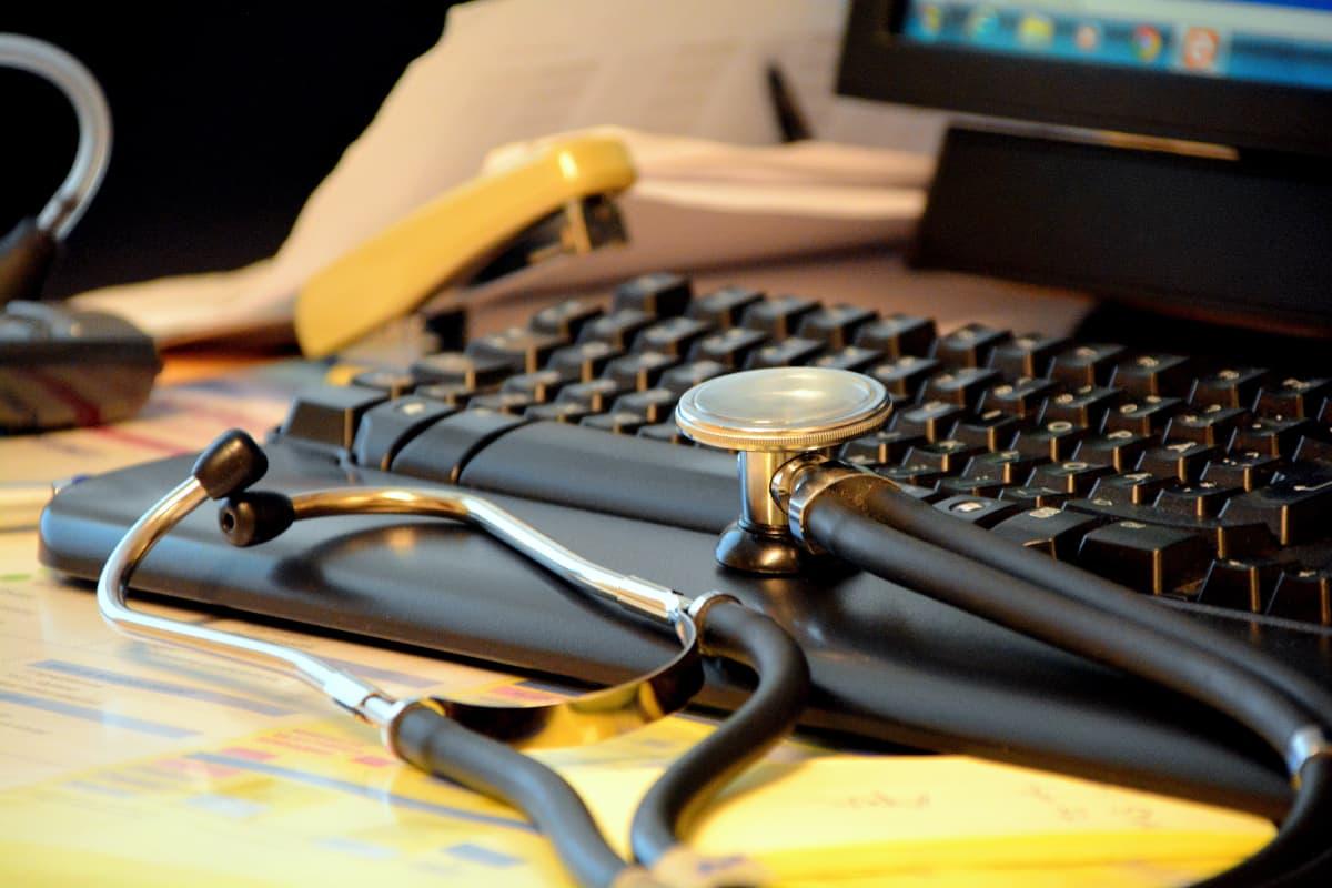 stetoskop på arbetsbord