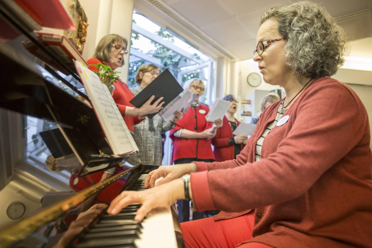 Terhokodin sairaalamuusikko Anna Brummer soittaa ja johtaa kuoroa.