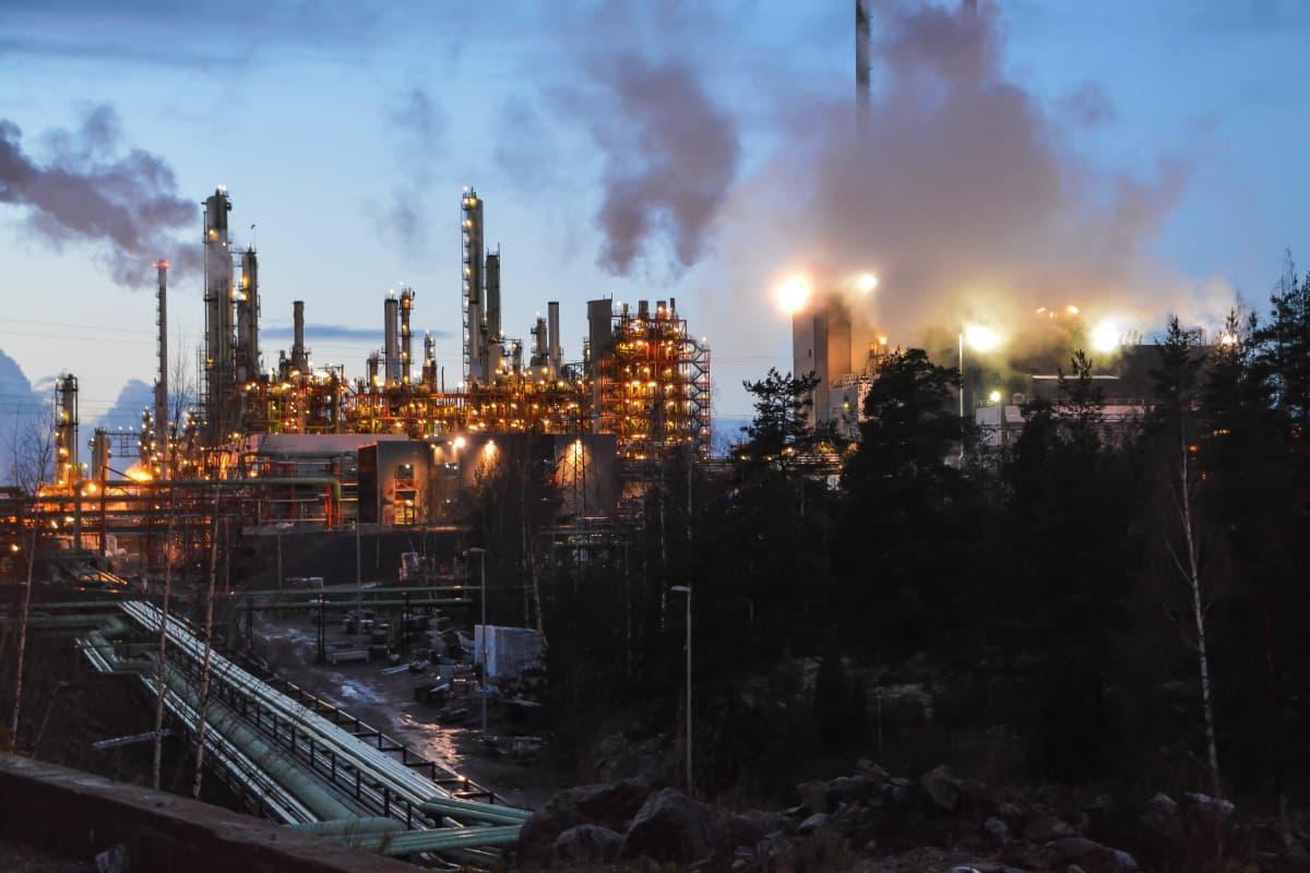 Ilta laskeutuu Kilpilahden teollisuusalueen ylle.