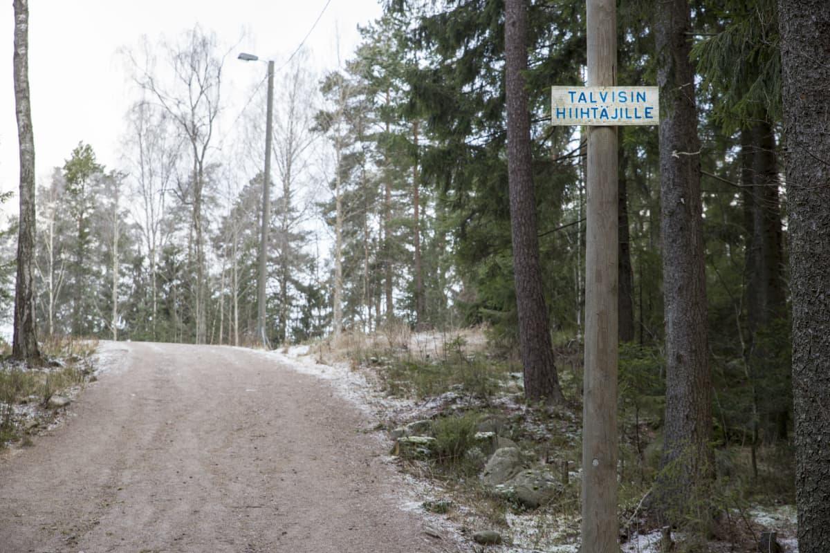 Ulkoilutie ja TALVISIN HIIHTÄJILLE -kyltti.