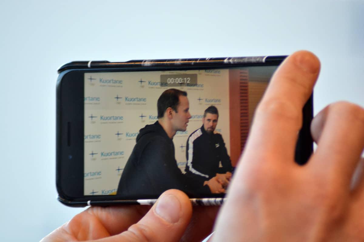 Tero Pitkämäki och Antti Ruuskanen fotograferade genom en mobilkamera.