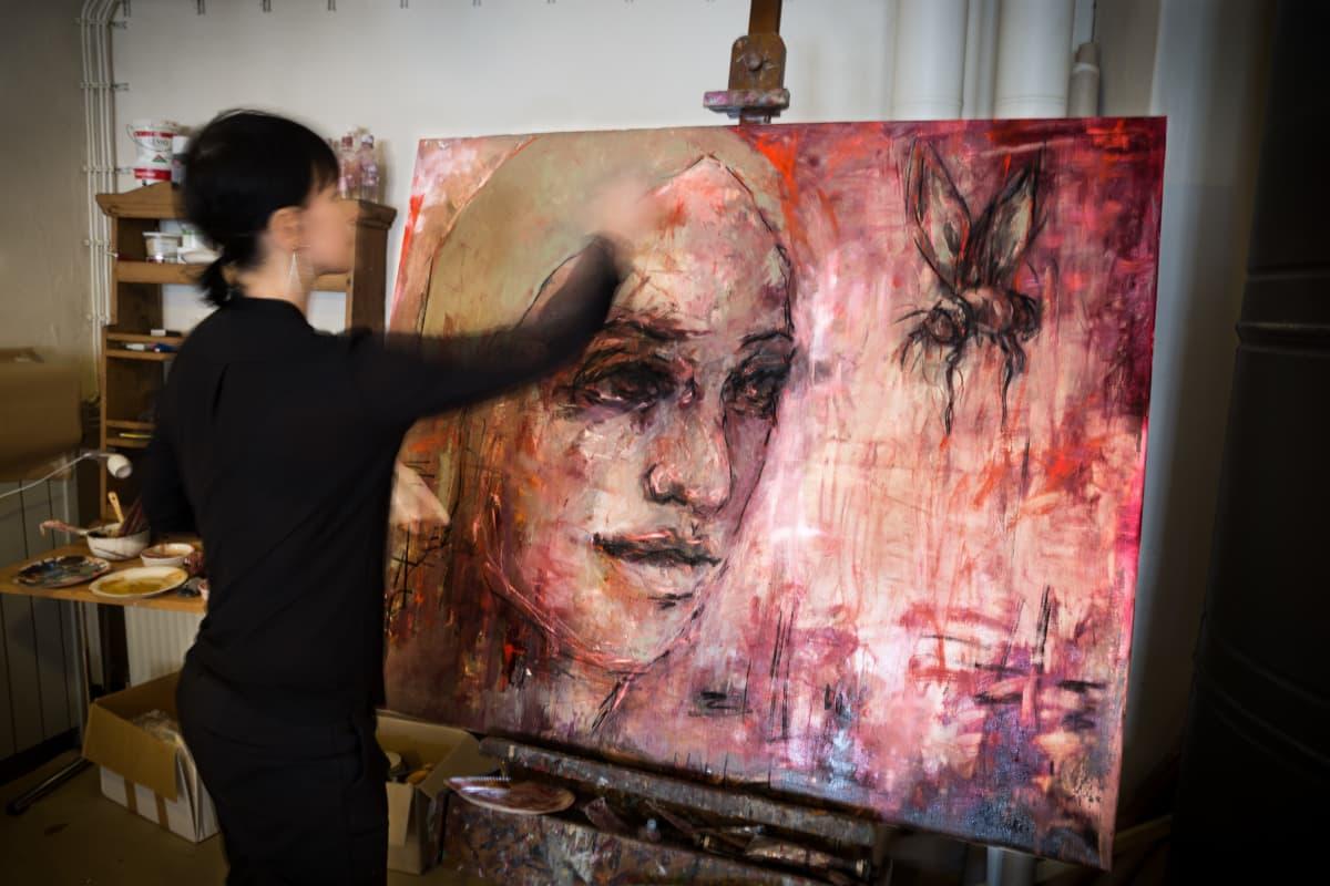 Katariina Souri maalaa työhuoneellaan.