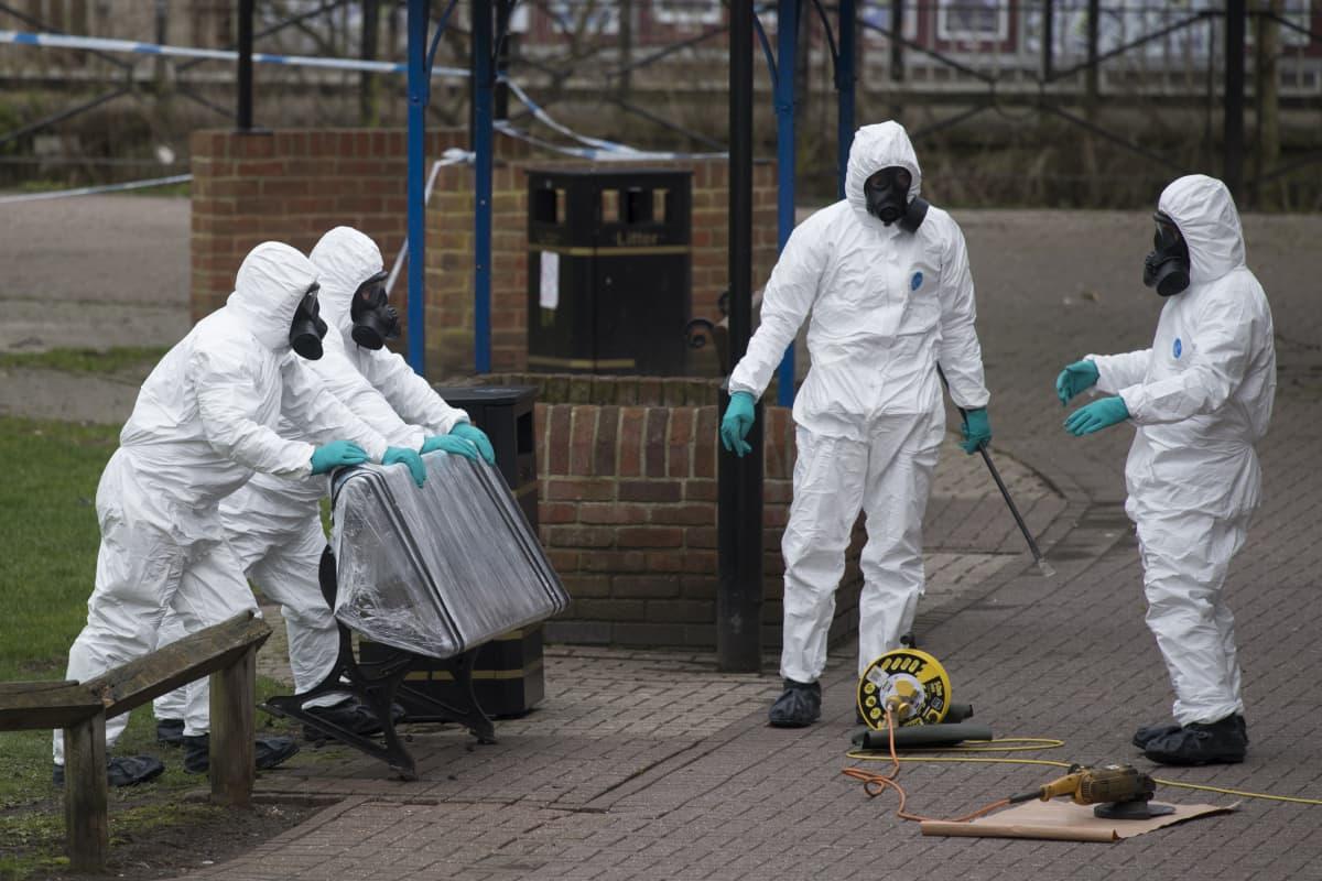 Experter på kemiska vapen tar tillvara den parkbänk i Salisbury där Sergei och Julia Skripal kollapsade den 4 mars