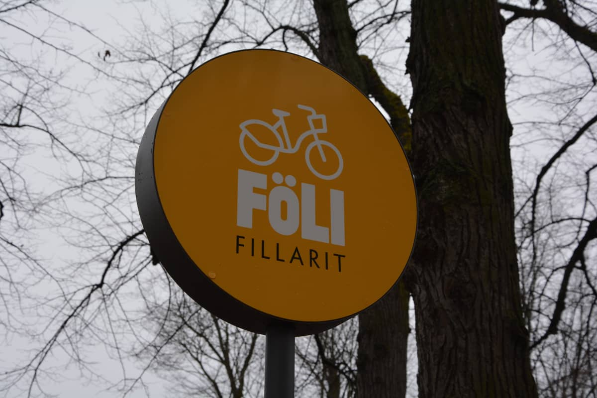 Närbild på skylt för cykelstation för stadscyklar i Åbo.