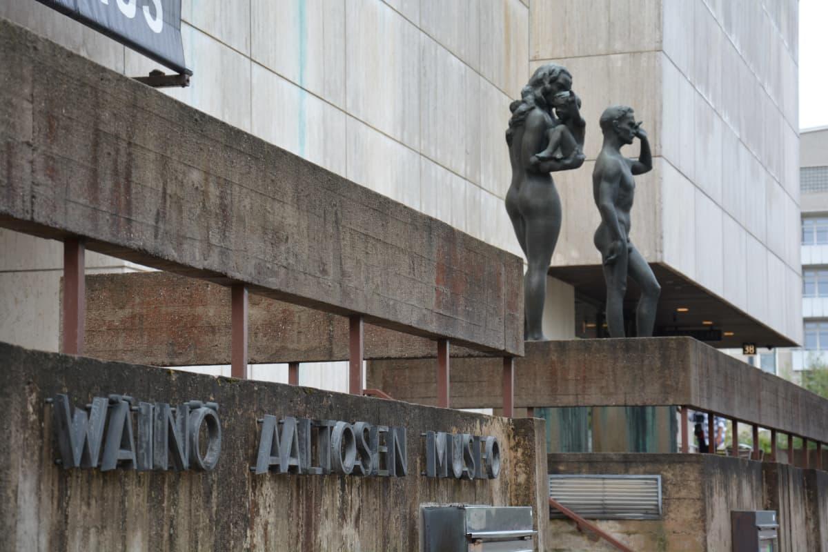 Ingången till Wäinö Aaltonens museum, två statyer står i bakgrunden.