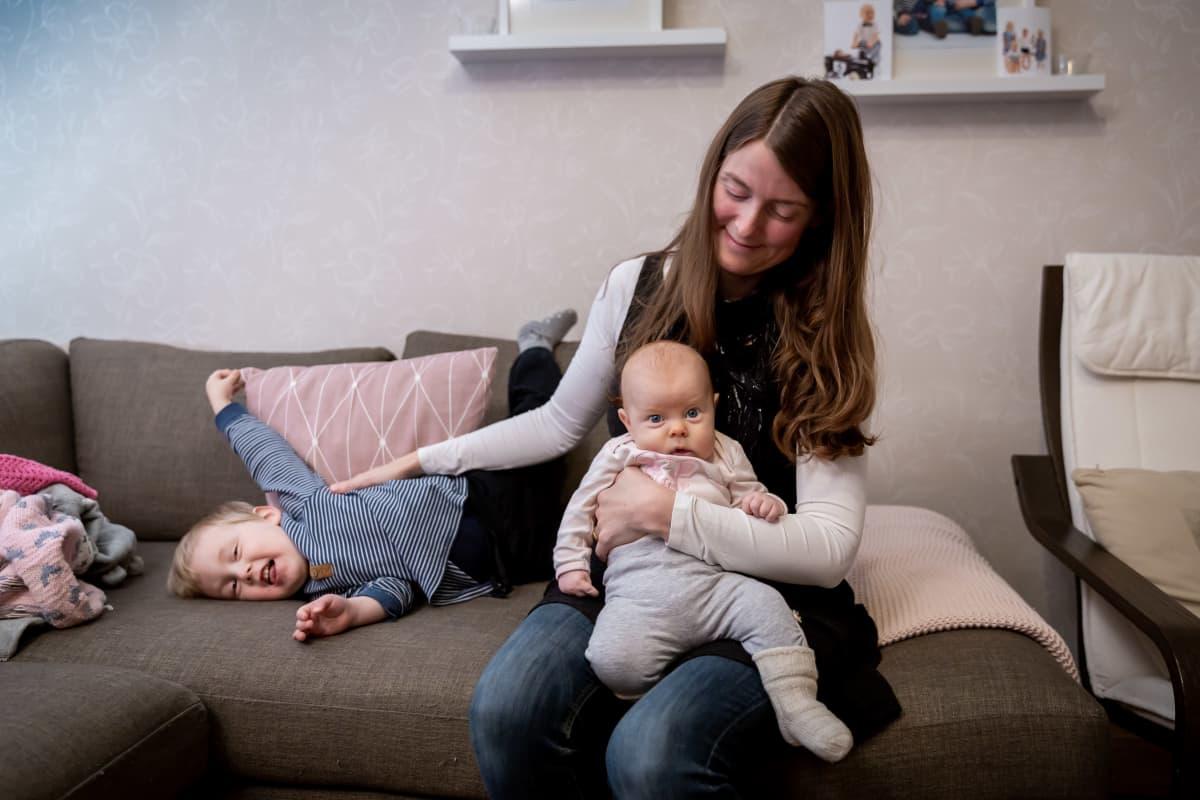Luodossa asuva Heidi Ahlö, 3-vuotias Noel ja sylissä 3 kk ikäinen vauva Lowa kotonaan, Luoto, 4.12.2018.