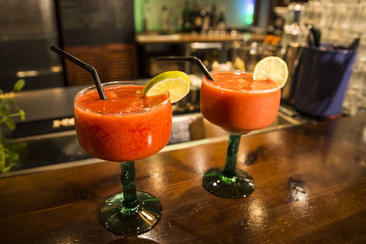 Alkoholiton mansikkamargarita-drinkki baaritiskillä