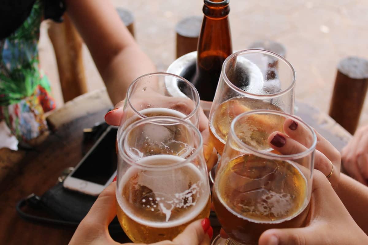 Unga som skålar med öl