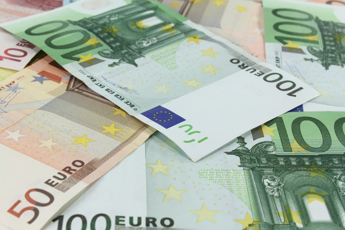 Eurosedlar huller om buller på en yta.