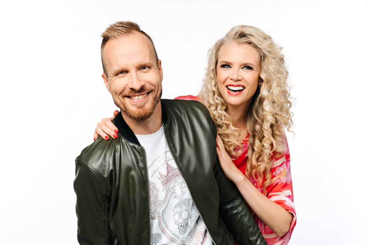 Mikko Kekäläinen ja Susanna Laine katsovat kameraan ja hymyilevät.