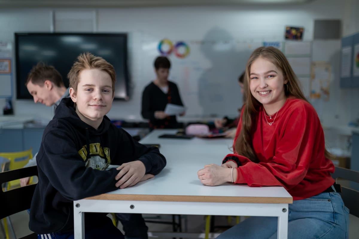 Yhdeksännen luokan oppilaita englannin kielen opetuksen tunnilla (vas Samuli Sorakka, Emmi Piipponen), Riihikallion koulu, Tuusula, 15.1.2019.