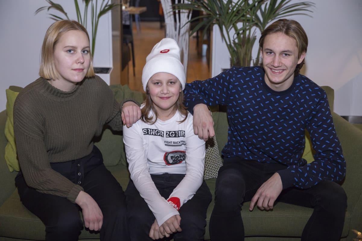 Debora, Jetro ja Joacim Viljamaa istuvat sohvalla.
