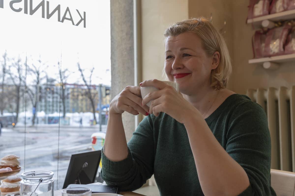 Kirjailija Ani Kellomäki kahvilassa