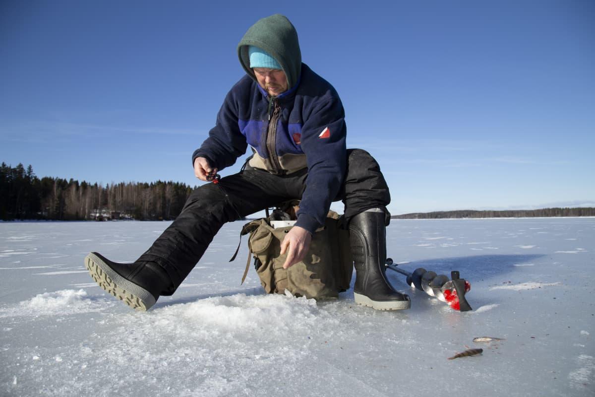 Pekka Rintamaa pilkillä, kalastaja Lempäälä