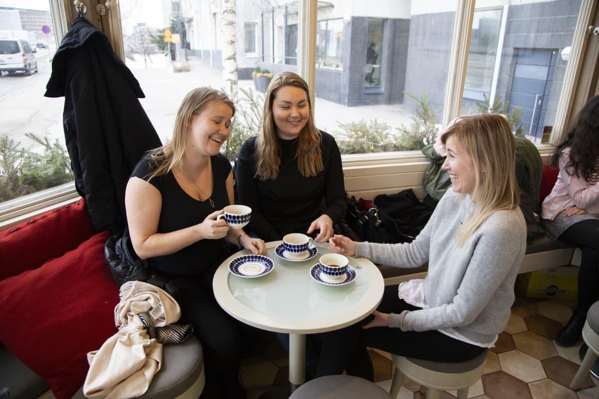 Salla Korteniemi, Julia Uusitalo ja Susanna Korteniemi Mutteri-kahvilassa Helsingin Lauttasaaressa.