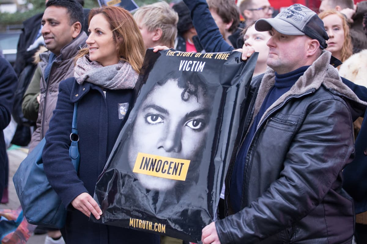 "Protester utanför Channel 4 i London mot visningen av ""Leaving Neverland""."