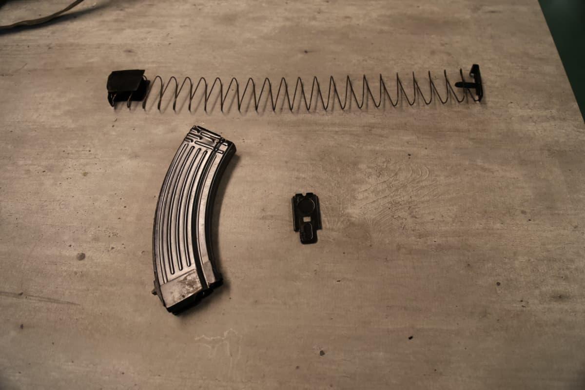 Rynnäkkökiväärin lipas purettuna pöydällä