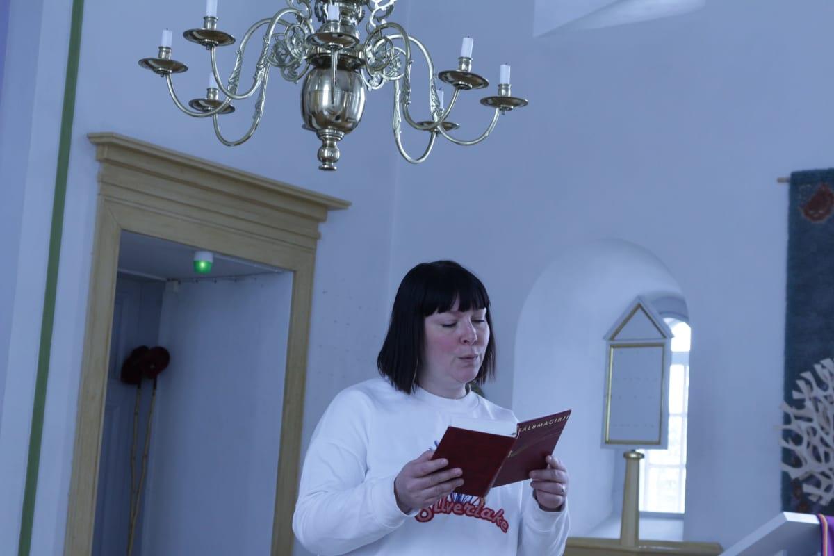 Anna Näkkäläjärvi-Länsman Utsjoen kirkossa.