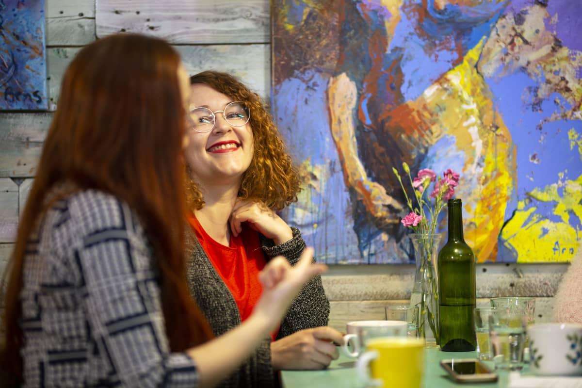 Laura Liimatainen ja Jemina Viitala keskustelevat lapsettomuudesta