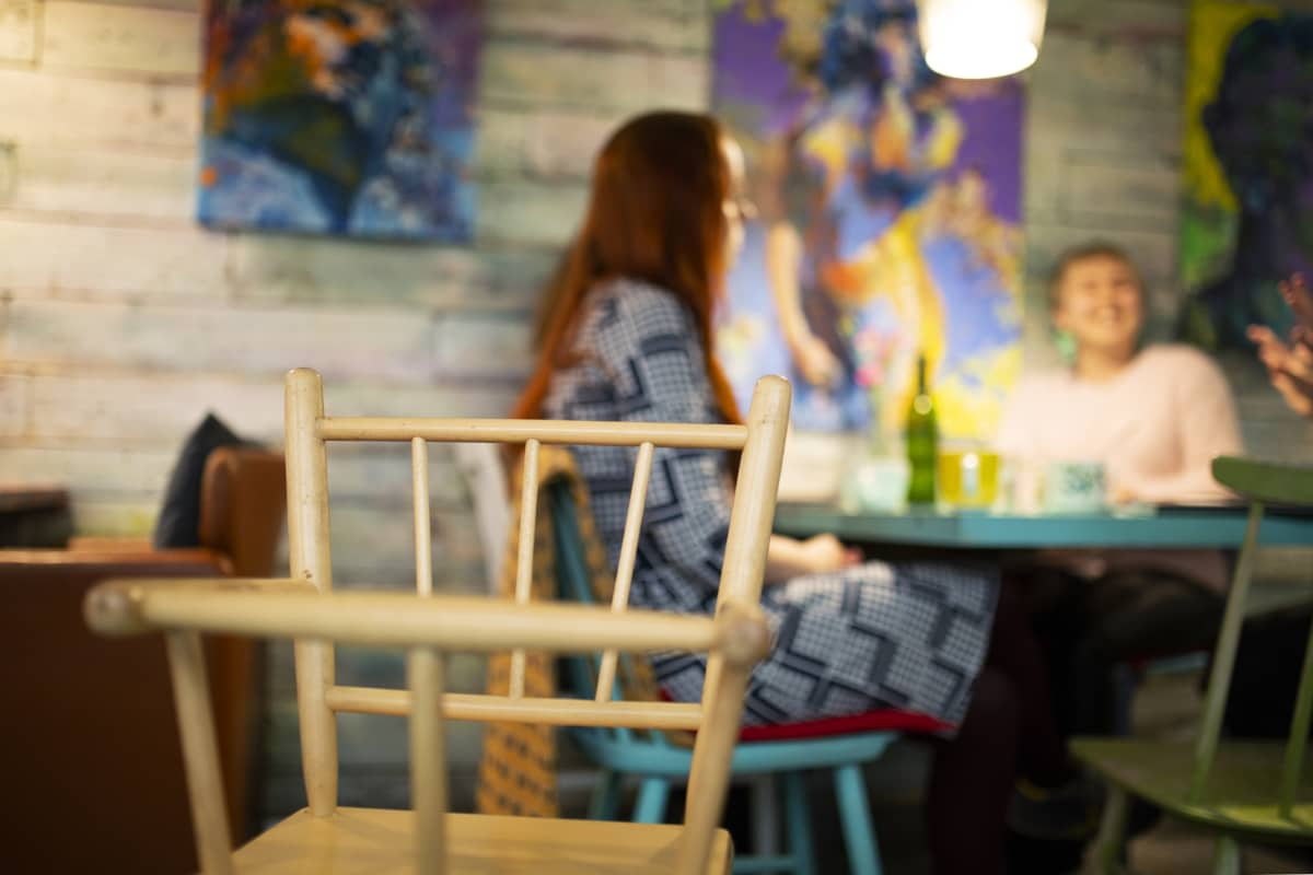 Jemina Viitala, Mertta Hätinen ja Laura Liimatainen keskustelevat lapsettomuudesta kahvilassa