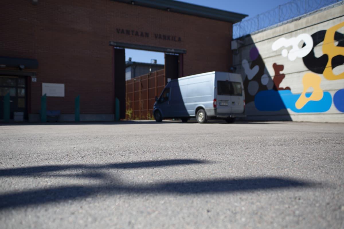 Pakettiauto ajaa Vantaan vankilan porteista sisään