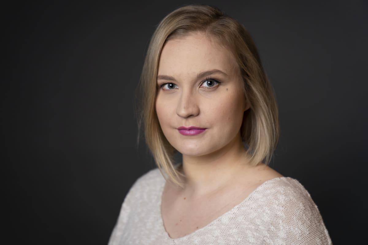 Ilona Koiviston studiomuotokuva.