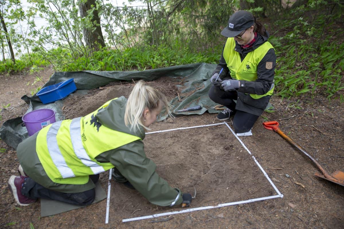 Helsingin yliopiston arkeologian opiskelijat ovat järjestäneet kaivaukset Bodominjärven murhapaikalla.