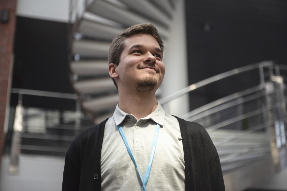 Niko Haapalainen hymyilee.
