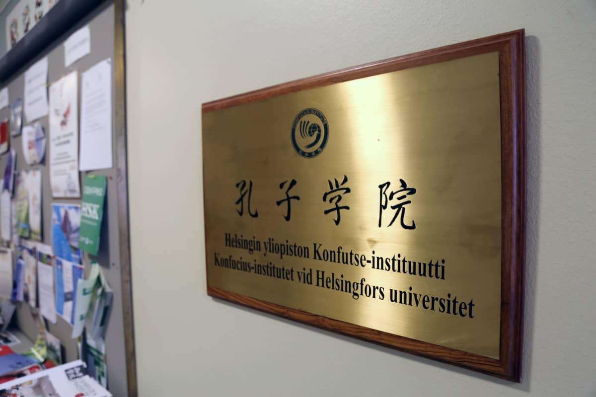 Konfutse-instituutin kultainen nimikyltti Helsingin yliopistossa.