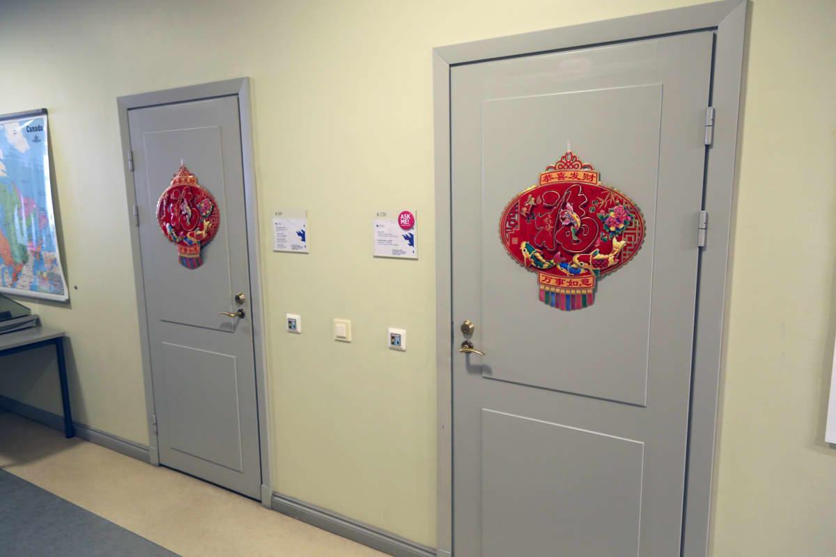 Kaksi ovea Konfutse-instituutissa.