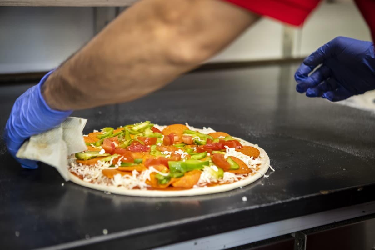 Pizza valmiina paistouuniin.