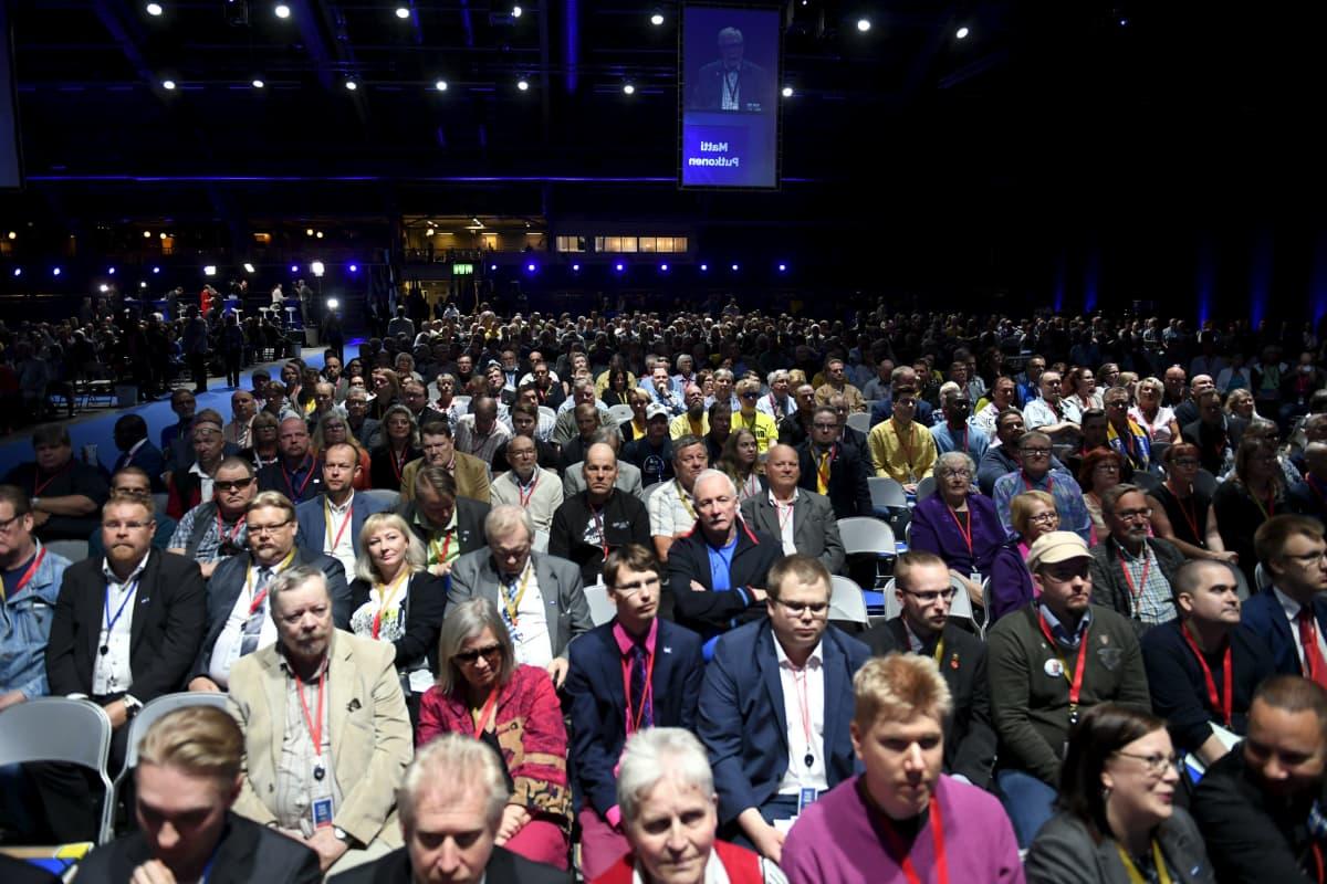 Publiken på Sannfinländarnas partimöte. 1700 mötesdeltagare har anmält sig.