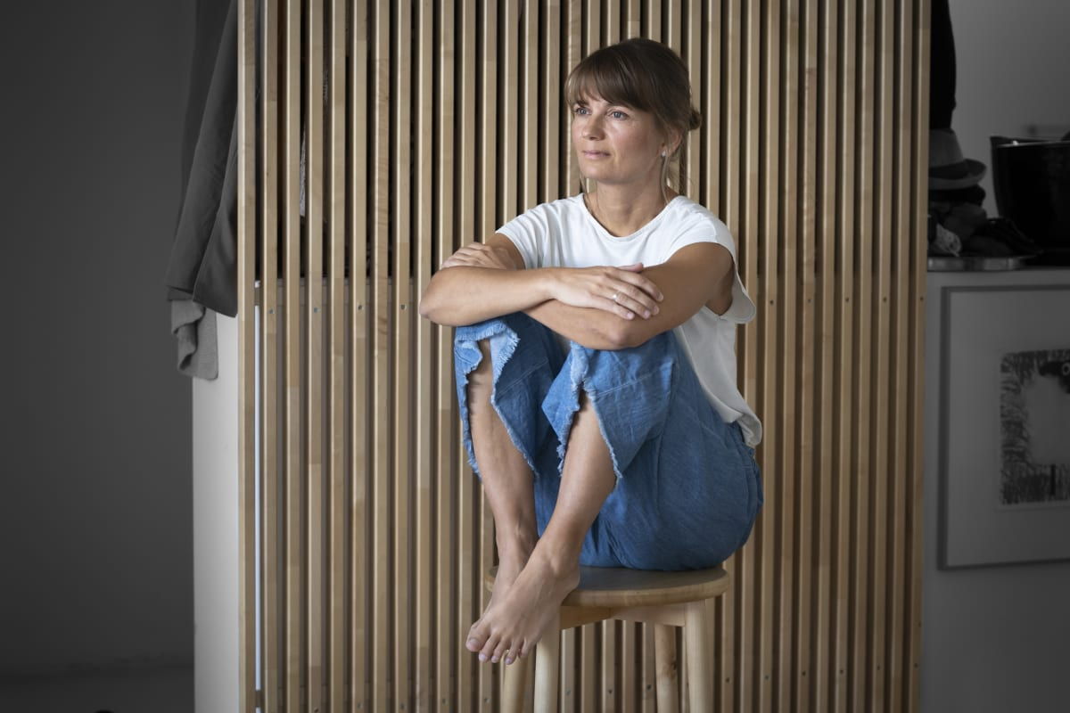 Jenni Anttila istuu jakkaralla.