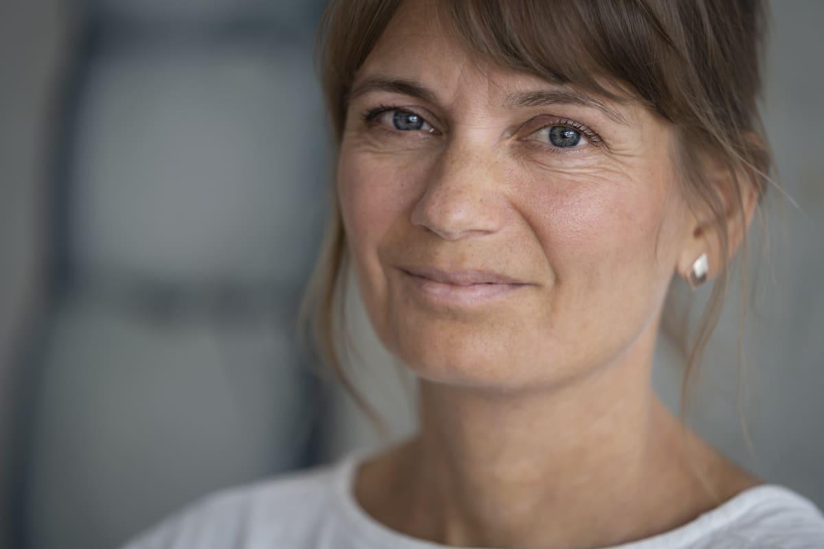 Jenni Anttila lähikuvassa.