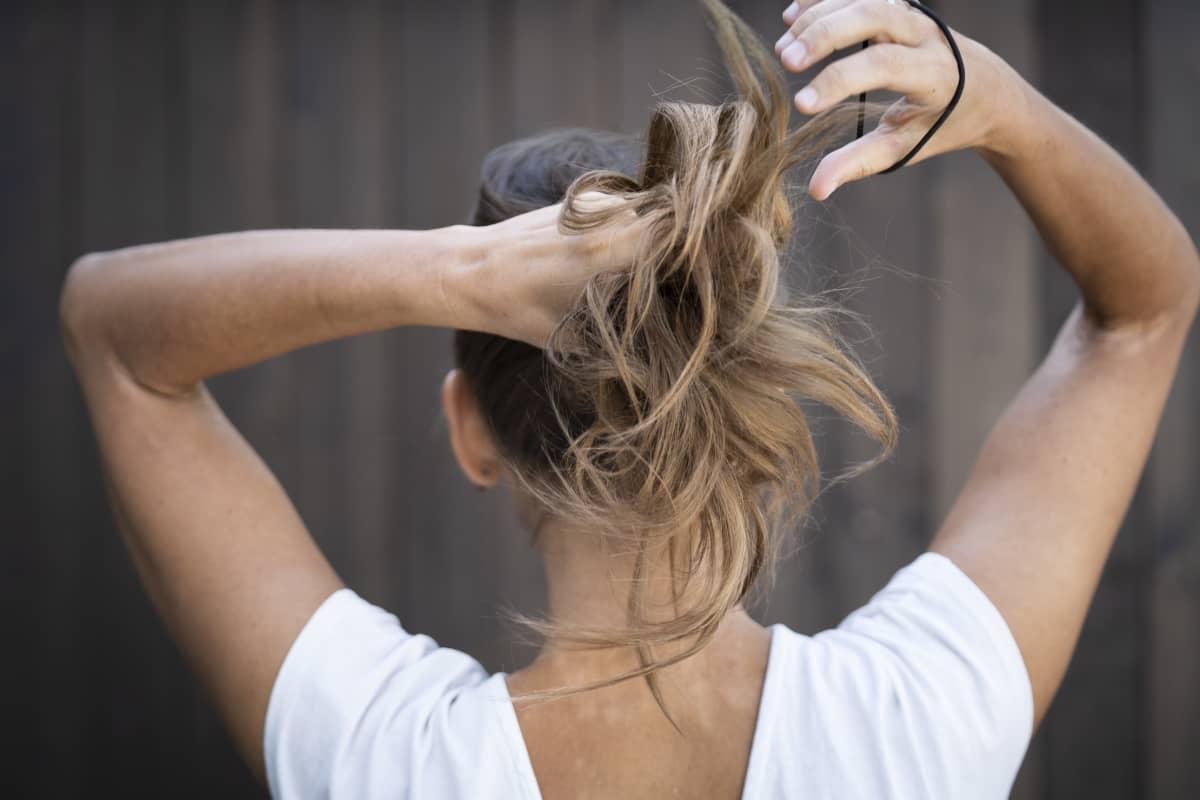 Hiukset laitetaan ponnarille.