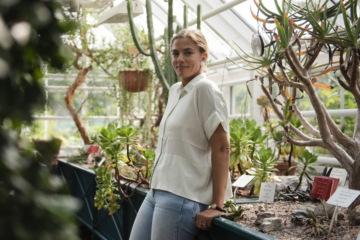 Henrietta Kekäläinen kasvitieteellisessä puutarhassa.