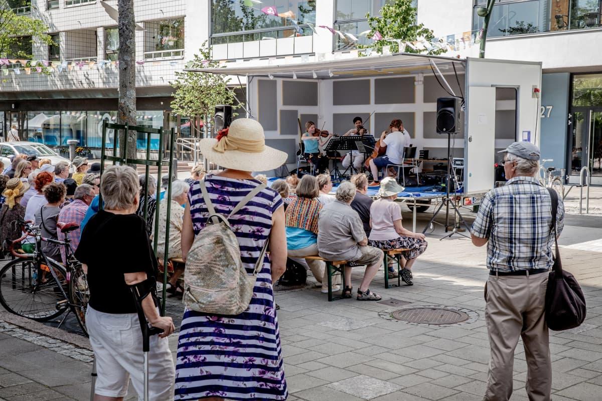 Kamus-kvartetti esiintyy Järvenpään kävelykadulla
