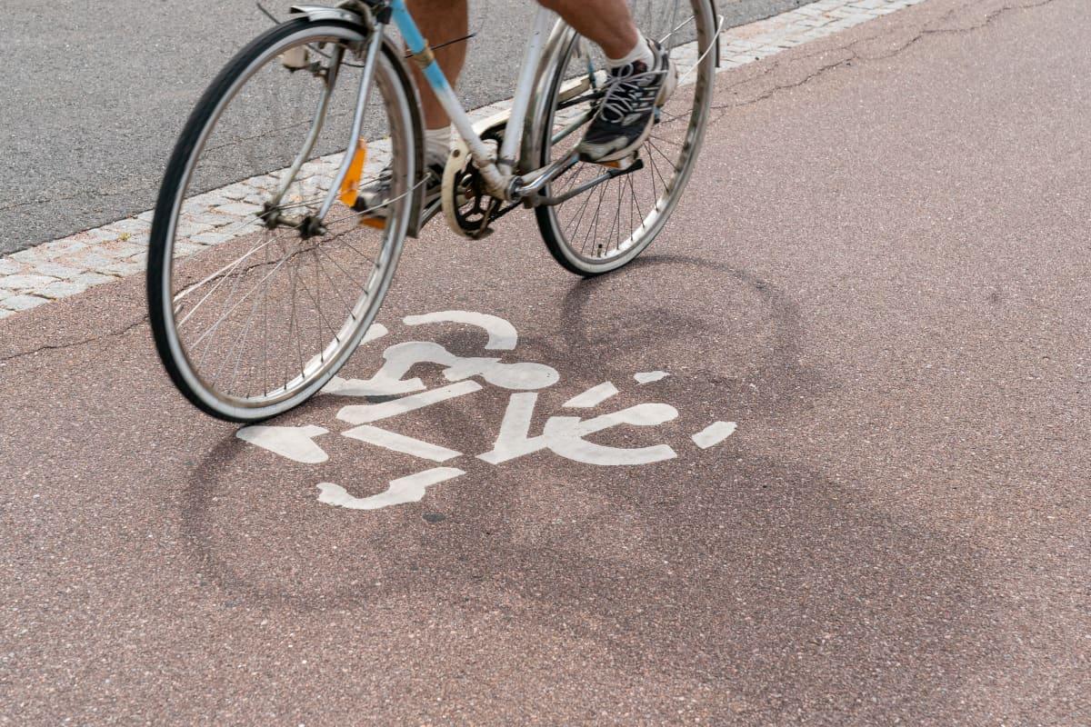 Polkupyöräilijä ajaa kevyenliikenteen väylä baanalla
