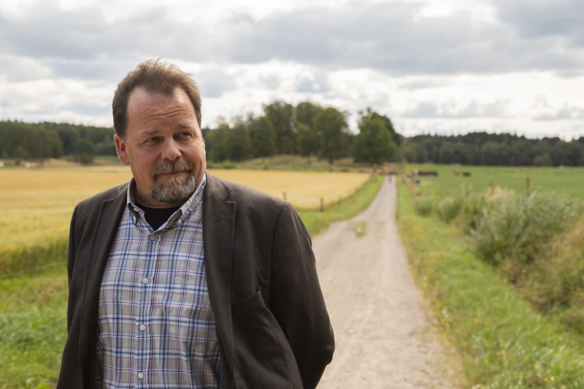 kuvassa Petri Ahlroth Syken biodiversiteettikeskuksen johtaja