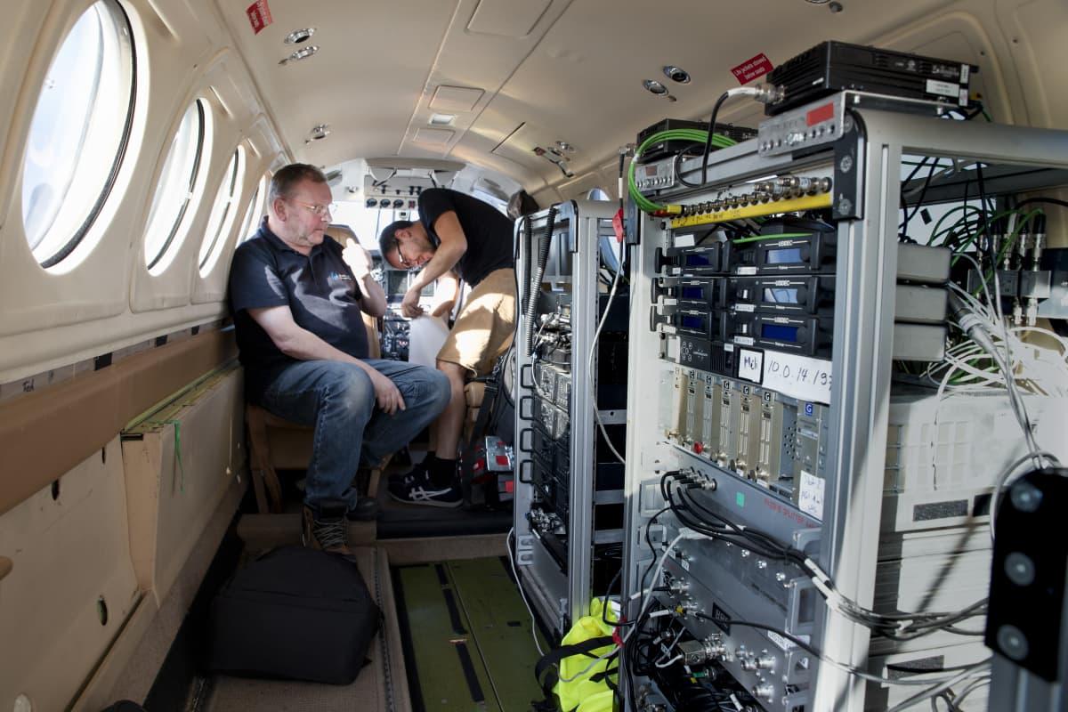 Tv-signaaleja käsittelevän lentokoeen laitteita ja miehistöä.